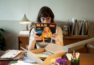 Lizzy Caplan as Virginia Johnson in Masters of Sex, reading something very naughty...
