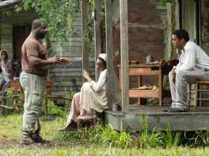 "Steve McQueen directing Adepero Oduye and Chiwetel Ejiofor for ""12 Years a Slave"""